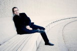 Bertrand de Billy assis sur un banc